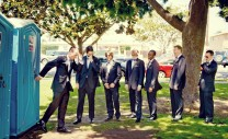 funny-moment-groomsmen-wedding-pictures-laughing-time-on-a-big-day-halarious-photos-12-1024x627