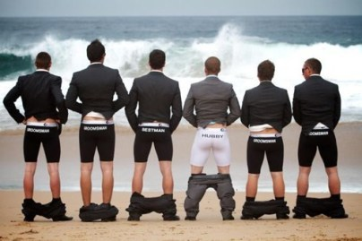 funny-moment-groomsmen-wedding-pictures-laughing-time-on-a-big-day-halarious-photos-2